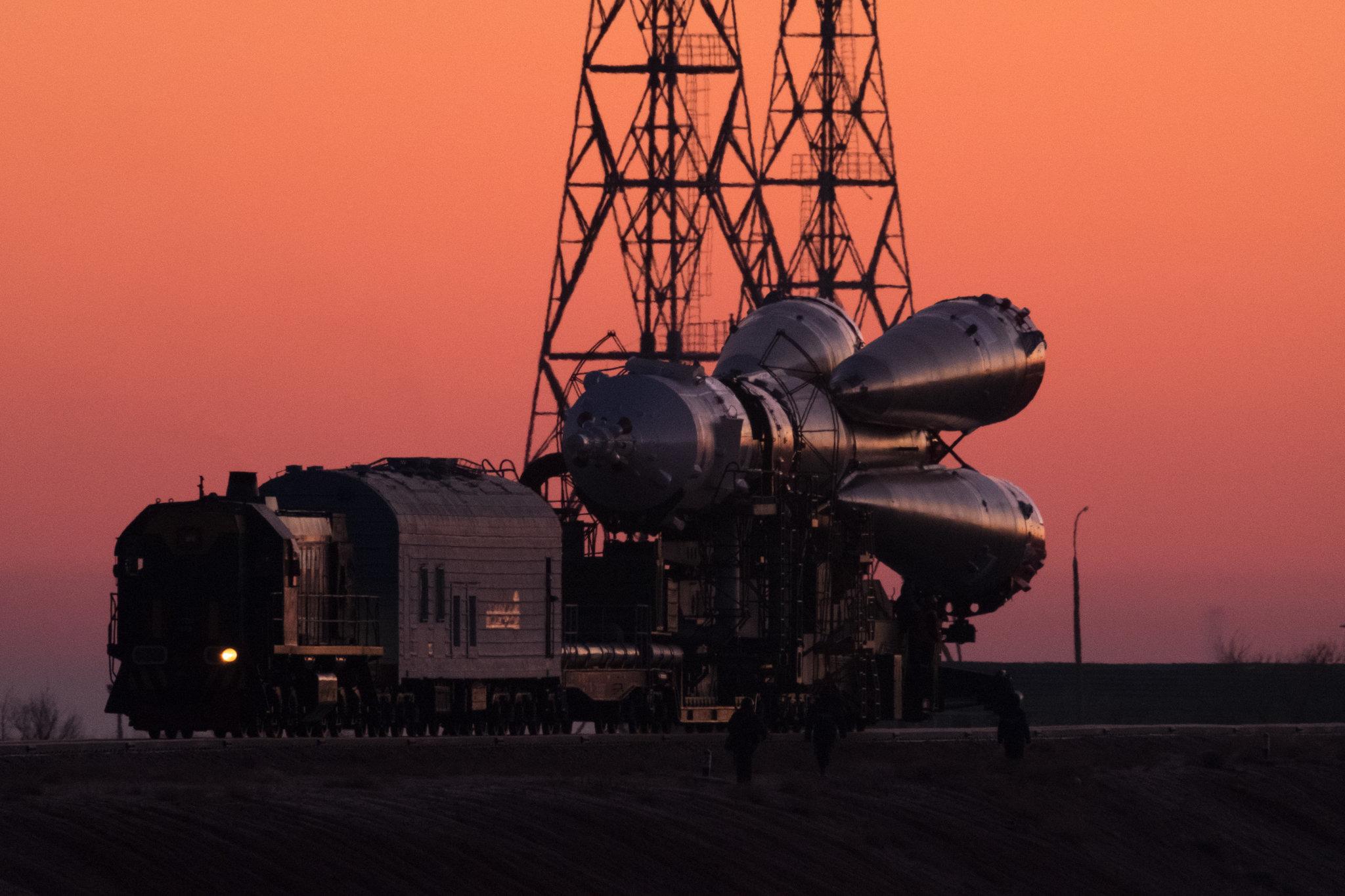 Uzay aracına ait roketin motorları. Roket fırlatma yerine lokomotifle çekiliyor.