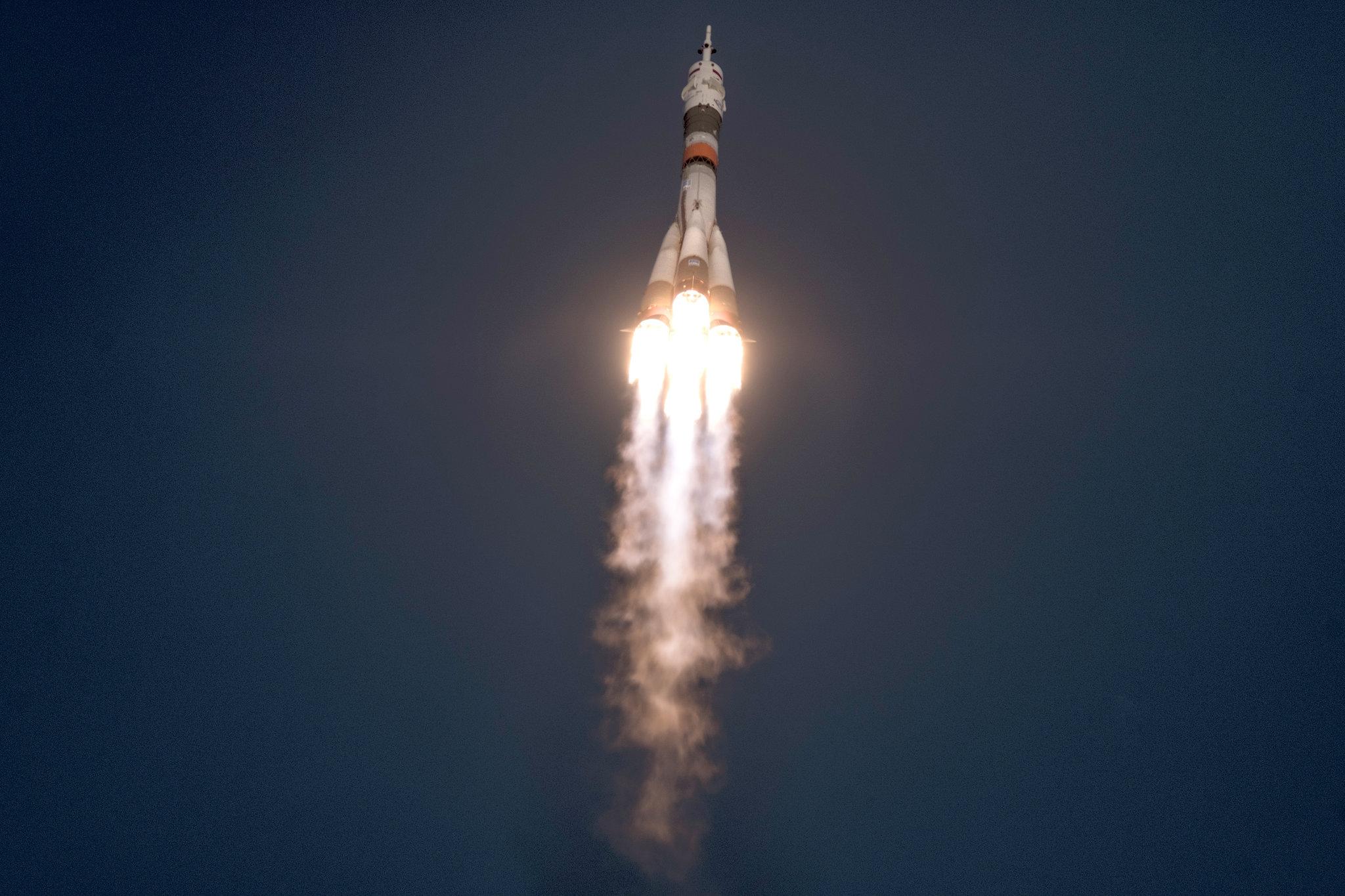 MS-11 kapsülünün uzay yolculuğuna başlama anı. 4 motordan şiddetle yanmış yakıt püskürüyor ve roket gökyüzüne ilerliyor.