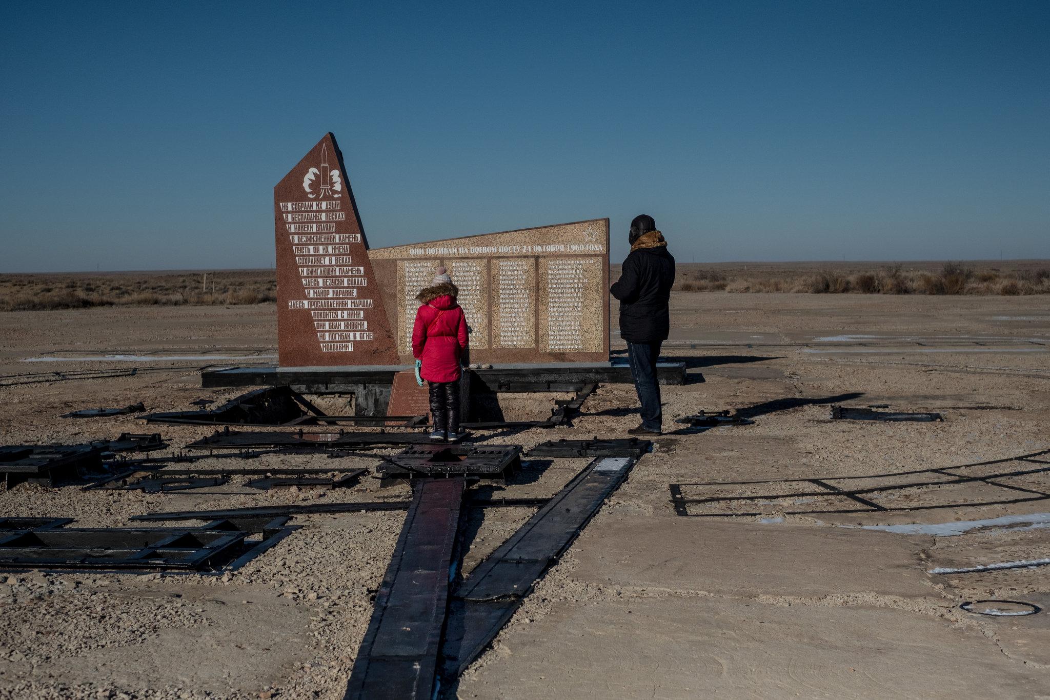 1960'lı Nedelin felaketine dair bir anıt. Anıtta isimler yazıyor. Bir füze prototipi deneme uçuşu için hazırlanırken patladı.