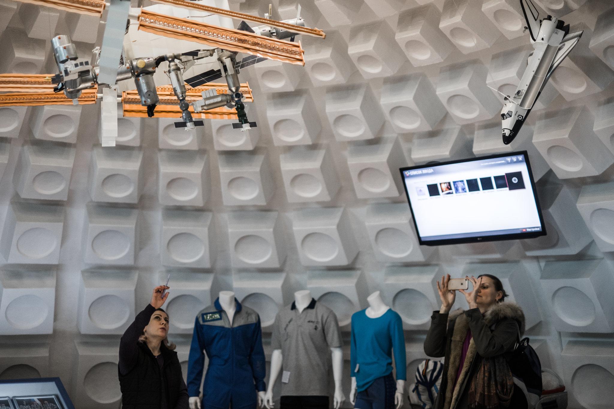 Baykonur kosmodromunda kıyafet ve roket rollerinin sergilendiği bir salon.