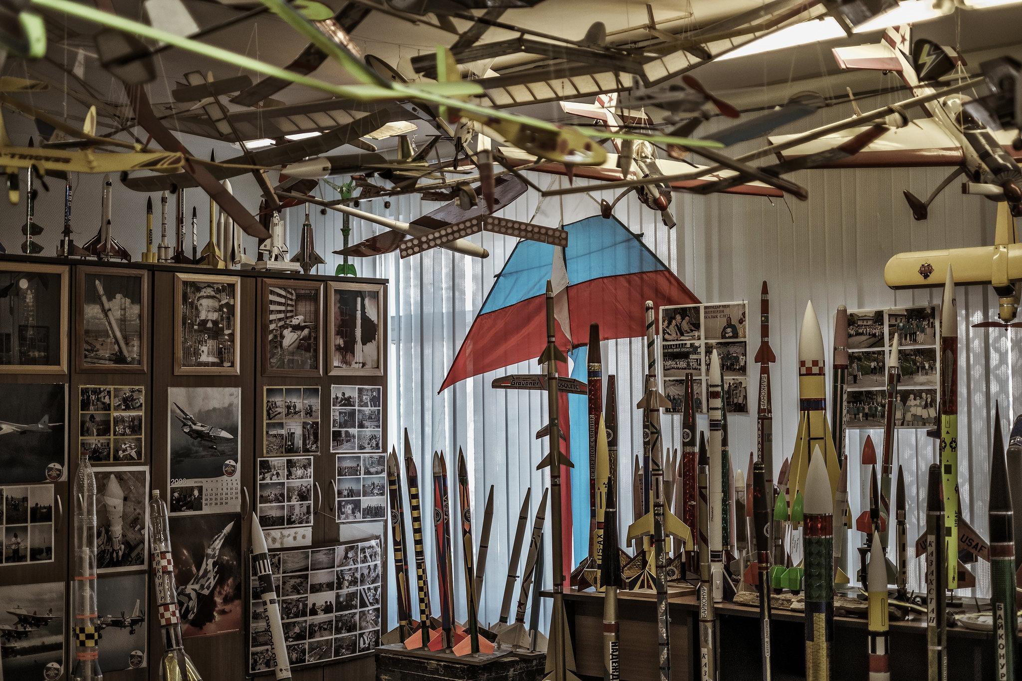 Kosmodrom Uluslararası Uzay Okulu'ndaki model roketler, uçaklar, uçurtmalar ve diğer uçan cisimler. Tablolar, koleksiyonlar.