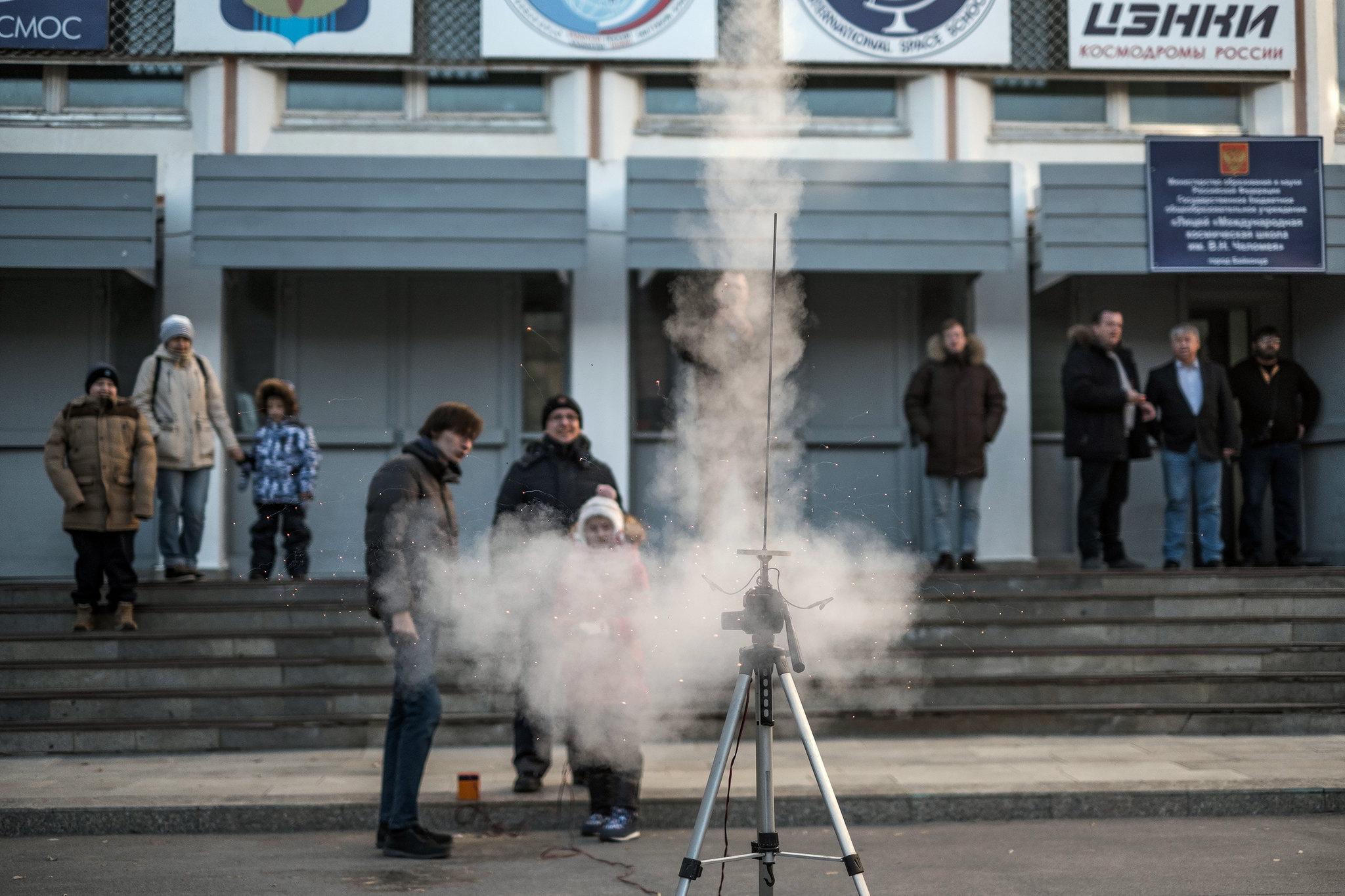 Uzay okulunda küçük bir roket başarıyla fırlatıldı. Çocuklar için etkinlikler.