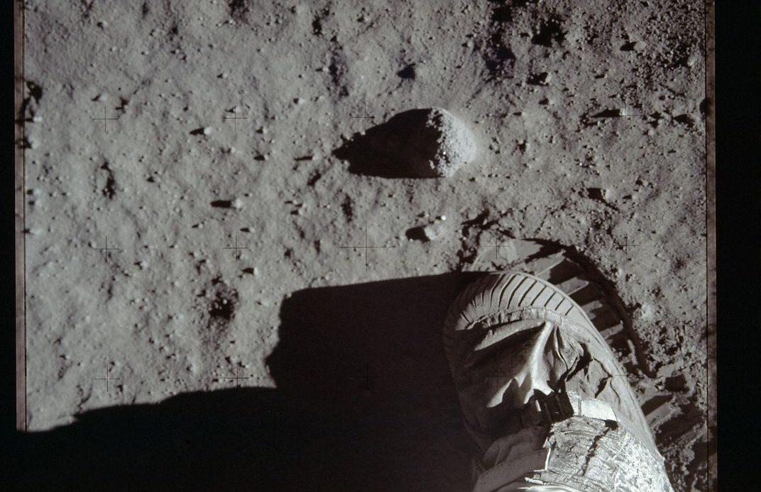 осознал, фото первые шаги на луне поздравляем