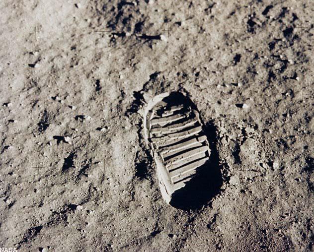 Ay'da ayak izi