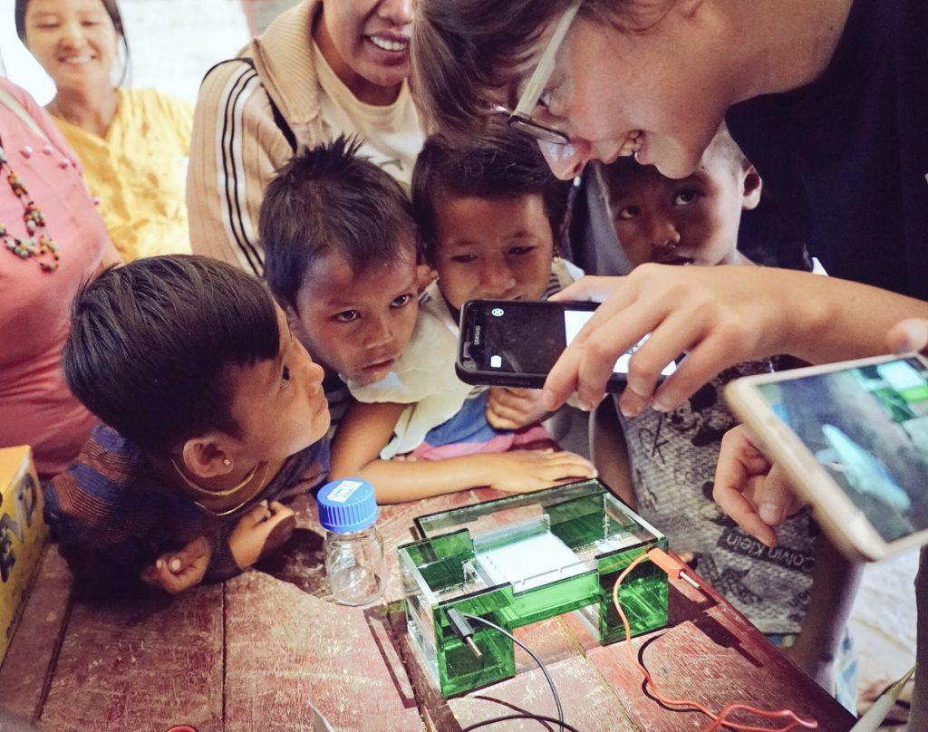 gözde çilingir köyde çocuklara deney yaptırıyor.