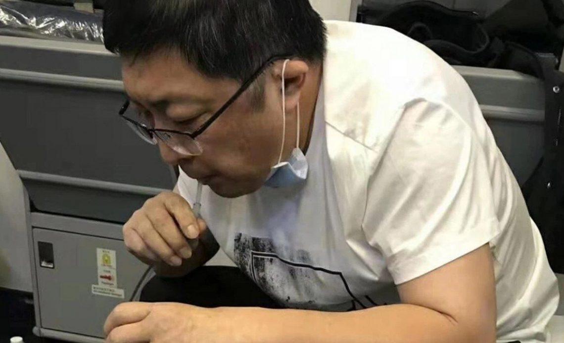 uçakta hastanın idrarını ağzıyla çeken doktor