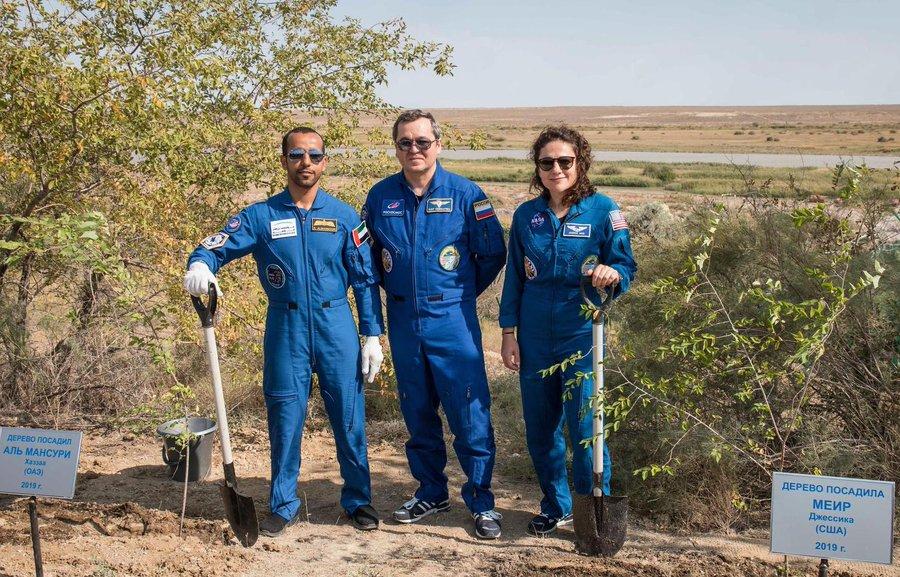 Astronot Jessica Meir, ASstronot Hazzaa Ali Almansoori, Kozmonot Oleg Skripochka ağaç dikiyorlar.