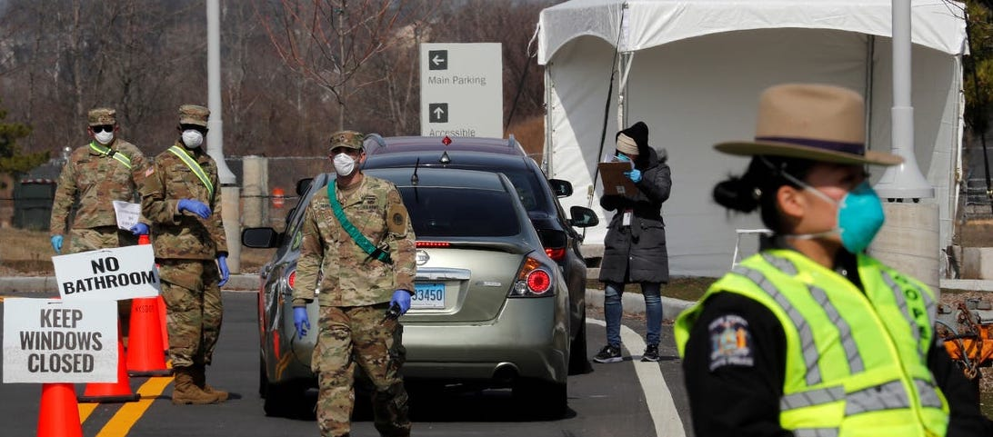 Amerika da arabadan test yapan bir koronavirüs test istasyonu
