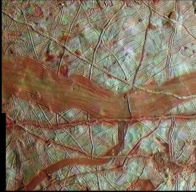 Resimde mavi-beyaz bölgelerin üzerinde kırmızı paralel çizgiler var. Bu kızıl paralel çizgilerin bazıları birbirleriyle çakışıyor. Ortada çok fazla paralel çizginin bir arada olduğu bir kızıl bant var. Galileo uydusunun çektiği yüksek çözünürlüklü siyah beyaz görüntülerin, daha düşük çözünürlüklü renkli uydu görüntüleriyle eşleştirilmesiyle renklendirilmiş Europa'nın yüzeyinden kesit. Mavi-beyaz alanlar sadece suyun olduğu alanlar, kızıl yerler ise magnezyum sülfat ya da sülfürik asit içeren tuzlu bölgeler.