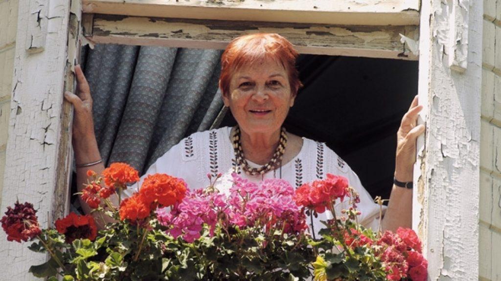 Türkan Saylan evinin penceresinde