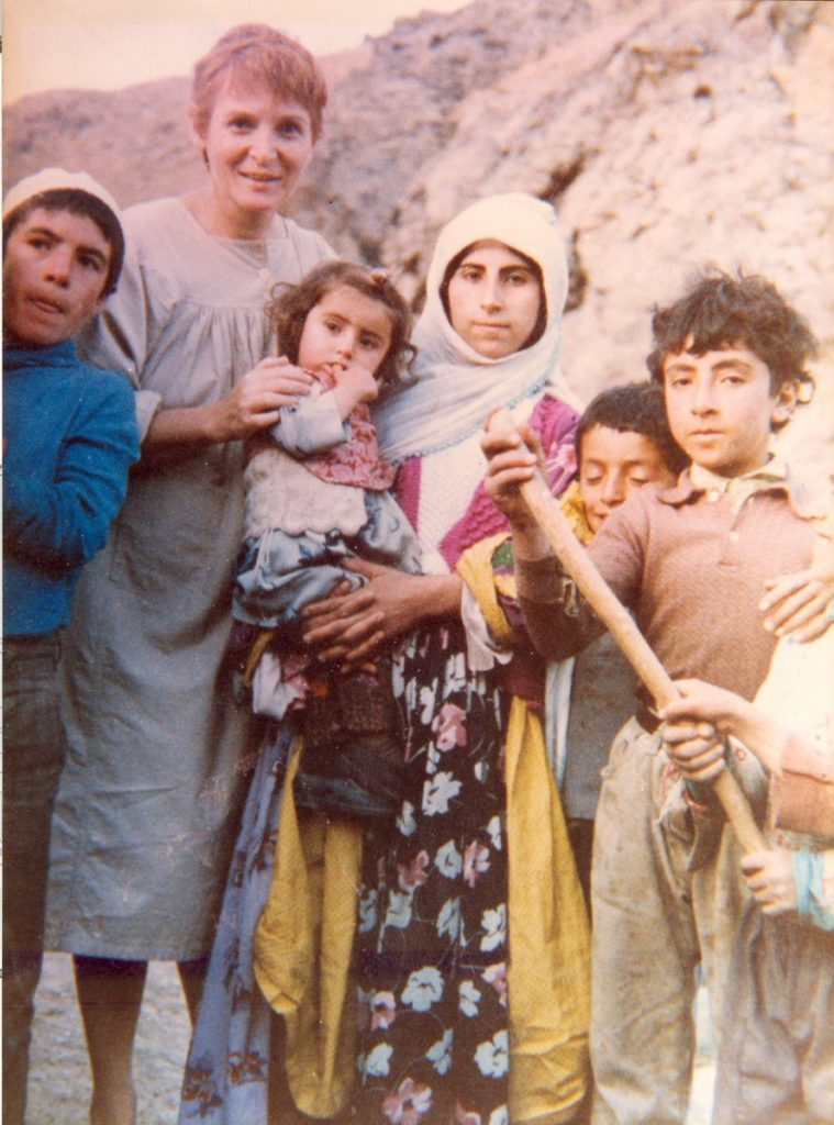 Türkan Saylan köyde tedavi ettikleriyle birlikte