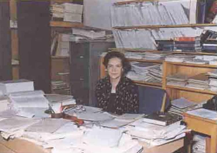 Dilhan Eryurt'un ODTÜ fizik bölümündeki odası, her yer kitap ve makale dolu. masası kağıtlarla dolu.