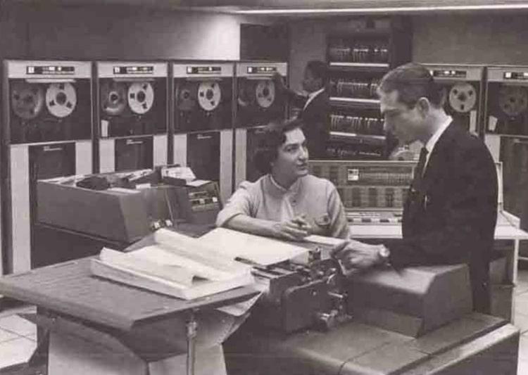 Dilhan Eryurt eski model devasa bantlı bilgisayarlarla çalışıyor