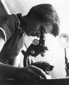 Rosalind Franklin mikroskop başında çalışıyor.