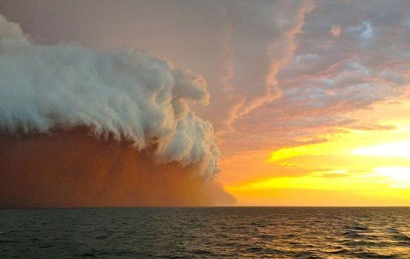 Deniz üzerinde kum fırtınası.