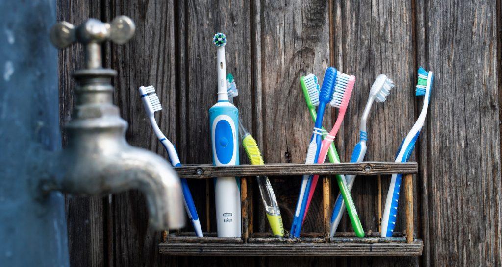 Elektrikli diş fırçası mı normal plastik diş fırçası mı