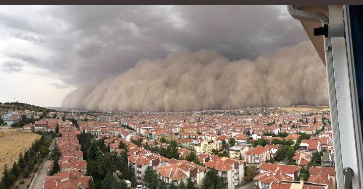 Şehirin üzerine gelen yüksek kum fırtınası